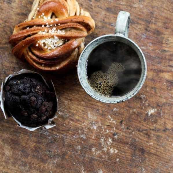 Bryggkaffe med kanelbulle och chokladmuffin